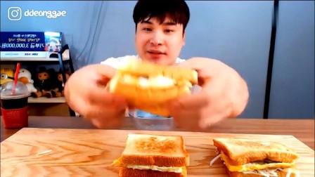 韩国大胃王胖哥来吃播了,吃火腿鸡蛋芝士三明治面包,喝咖啡
