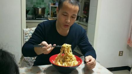 就着腊八蒜,吃了满满一大碗老婆做的炸酱面,我和孩子都吃撑了!