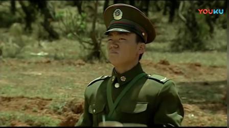 《士兵突击》憨憨的许三多回团部竟走路,还好遇到了开坦克的队友,搭上了顺风车!