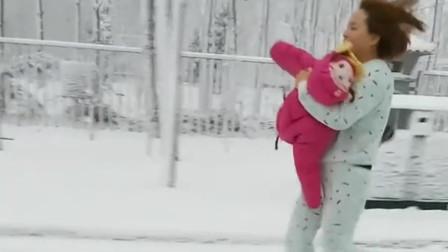 下雪天拍到一位伟大母亲,孩子生病了,光着脚丫抱着孩子一路奔跑