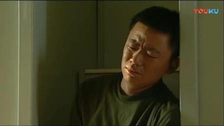 《士兵突击》许三多哭丧着脸,不料吴哲和屠夫竟两个人哄着!