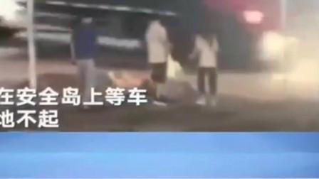"""广东东莞:她突然倒地不起 监控拍下""""罪魁祸首"""""""