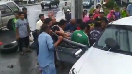 泰国一卡车失控撞上电线杆 车身瞬间变两截 监控拍下惊险一幕!