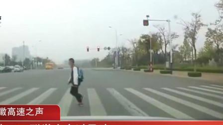 小车闯红灯撞飞小学生,疑肇事者被一巴掌扇倒在地,监控画面曝光