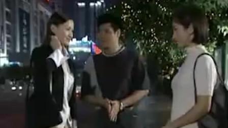 影视:美女在路边看到队长连忙下去打招呼,这是情敌见面啊