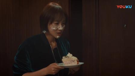 姑娘来送蛋糕,想不起小伙姓啥,小伙一开门立马记起来