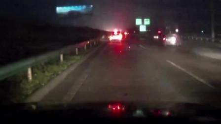 啥操作!女司机高速停车后又变道致8车追尾,自己却逃之夭夭