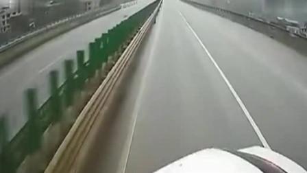 女司机高速太霸道,实线并道毫不顾忌,后方大货车教其做人!