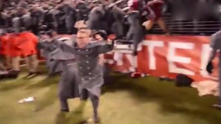 美国西点军校学员一窝蜂冲击球场,太可怕了