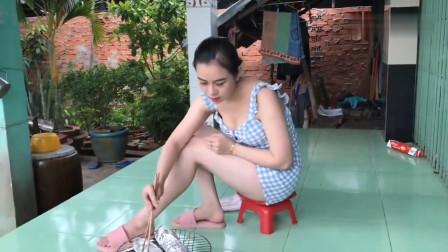 农村美女烹饪乡村美食,今天做了道锡纸烤鱼来解馋,卖相太馋人了!