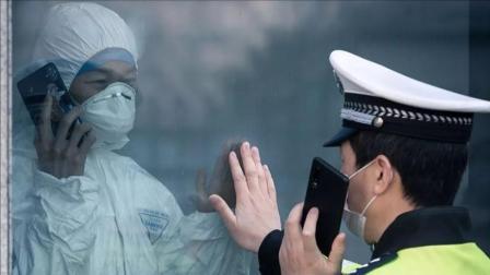 医警夫妇隔着玻璃对视打电话:已经十几天没见了
