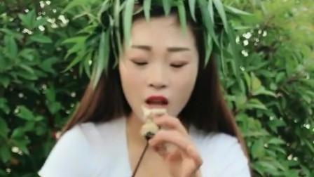美女户外直播吃海螺,一口一个真带劲,真是佩服她