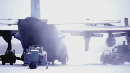 C-130运输机暴风雪中起飞前先除冰