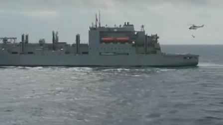 美军直升机从补给舰上吊挂武器弹药装备到航空母舰上加补给