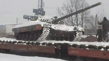 冰雪路面军用重卡奔驰如飞,俄罗斯军用重卡运输T-80主战坦克