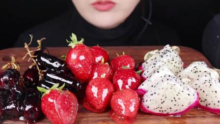吃货小姐姐:小姐姐吃播草莓、火龙果、葡萄糖葫芦,发出的咀嚼声!