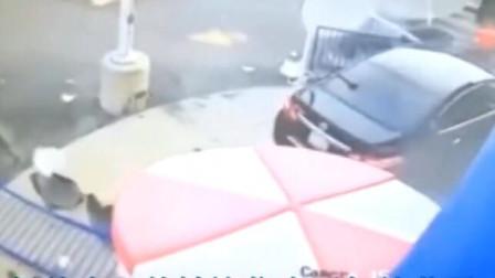 小情侣路边喝茶,突然女司机驾车撞了过去,监控还原全程
