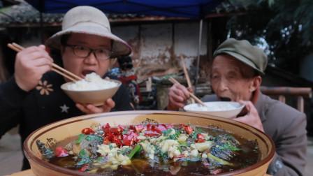 """农家菜""""酸菜鲫鱼""""这样才正宗,汤鲜味美,骨头酥脆,鱼刺嚼着吃"""