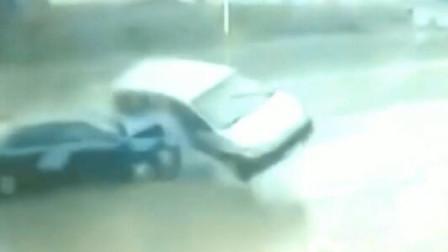 女子抬腿就跑,却被两辆车紧紧夹住,生命永远定格在这一刻