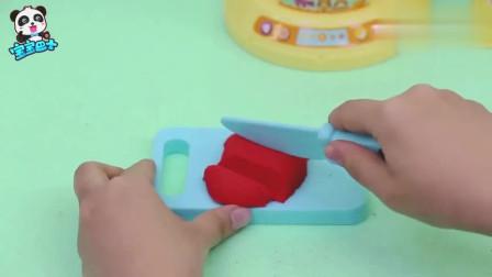 《宝宝巴士》妙妙最喜欢喝草莓汁了,酸酸甜甜的最美味了!