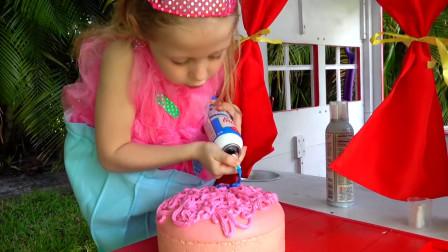 萌娃小可爱变成美食小达人做了超美味的生日蛋糕,看上去也太好吃啦!