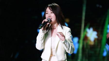 杨钰莹现场翻唱《爱的供养》,声音温柔又舒服,别有一番韵味!