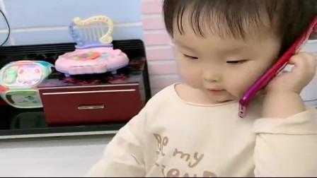 搞笑萌娃:萌娃在家憋坏了,装模作样打电话,听听小家伙都说了些啥!