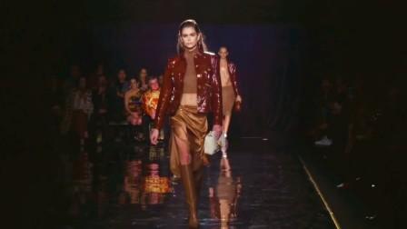 超模二代里很会扭的长腿妹妹Kaia Gerber为Versace走秀合集