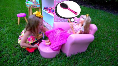 萌娃小可爱把美容店经营的好好呀,小家伙真是棒棒哒!一萌娃:帮我做个发型吧!