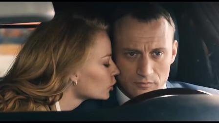 小伙开车一点也专心,和美女一直在腻歪,没想前方突然出现了一个人