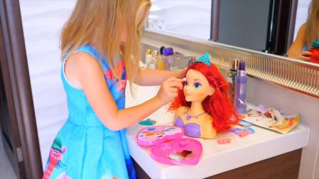 萌娃小可爱把自己画成大花猫,爸爸竟送她玩偶娃娃!