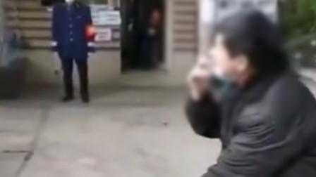 男子不戴口罩坐在小区大门口抽烟 防疫志愿者上前劝阻遭恶言相向