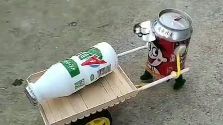 牛人创意无极限,易拉罐硬生生的被他制作成了玩具,真是有才啊!