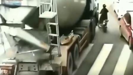 电动车女子见缝插针敢跟大货车抢道下一秒直接遭大货车碾压爆头监控拍下悲剧一幕