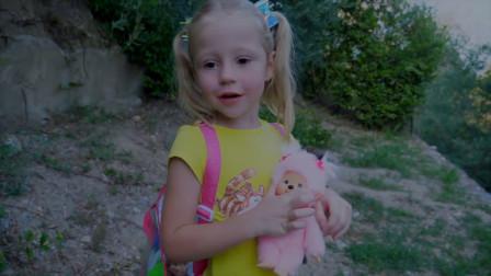 萌娃小可爱带着玩偶宝宝们出来玩,真是给称职的小家长哟!
