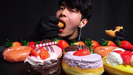原来小哥哥这么喜欢吃甜食,美味的草莓甜甜圈,一口下去超满足,是我向往的生活