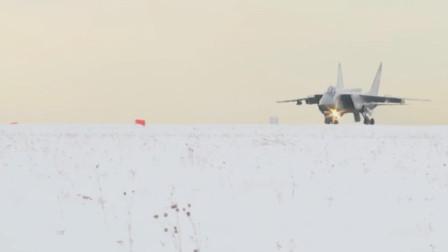 米格31在极寒条件下起飞对接伊尔78加油机完成空中加油任务