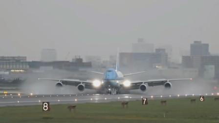雨中飞机引擎离心力将雨水甩向了外涵道向后排出,飞机正常飞行