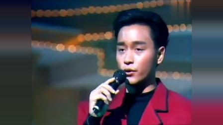 张国荣早期献唱《沉默是金》,他站在台上永远是最耀眼的