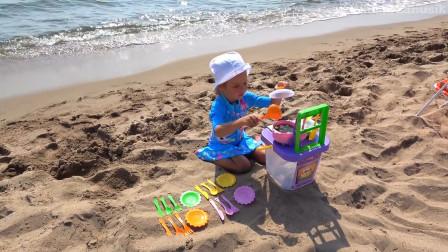 萌娃小可爱来到了沙滩上做饭给小宝宝们,小家伙真是棒棒哒,太可爱啦!