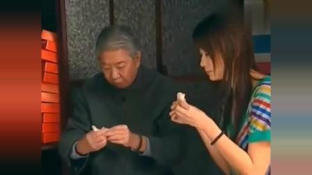 蔡澜带美女去吃糖葱薄饼,里面是不放葱的,纯手工制作