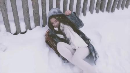白丝萝莉小姐姐,雪地里打滚,开心得像个孩子!