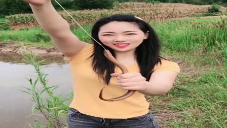 农村小姐姐真厉害,随便找了根铁丝就把这么大的黄鳝给钩上来了,佩服!