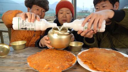 """韩国农村家庭的一顿饭:""""泡菜煎饼+米酒"""",一家三人吃得真过瘾"""