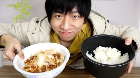 """""""深夜派食""""小伙自制一盆蒜泥白肉配一缸米饭,香辣爽口太过瘾了"""
