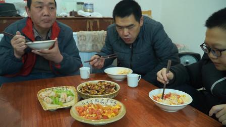 米饭配宫保鸡丁,儿子说能吃两碗,再炒个虾仁和鸡蛋,仨菜够吃了