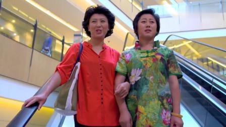 儿媳在商场做促销员被婆婆撞见,一看穿着,婆婆竟装不认识