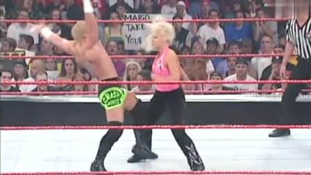 WWE:对手竟敢欺负金毛哥女友,还当面羞辱,裁判:这小子真坏
