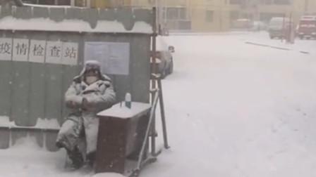 风雪中的大爷配备门卫房和取暖用品 :保护他人的同时也要保护好自己