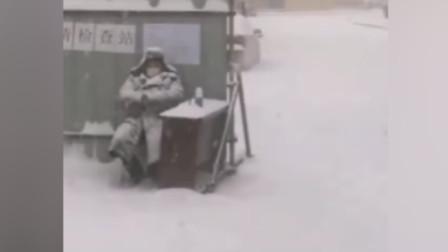 门卫大爷冒雪坚守防疫岗,变成雪人